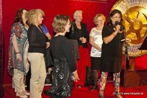 Maria Mazakarini mit einigen Tera-ViennART Künstlerinnen auf der Eventbühne