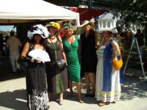 Wohlbehütete Teranerinnen beim Eingang zum Trabrennplatz Baden