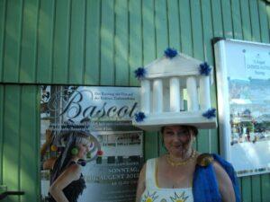 Tera-ViennART Künstlerin Evelyne Pallanich mit einem der originellsten Hüte