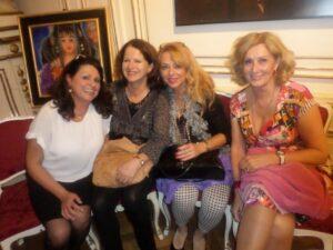 Maria Mazakarini mit einigen Damen ihres Netzwerks Tera-Vienna