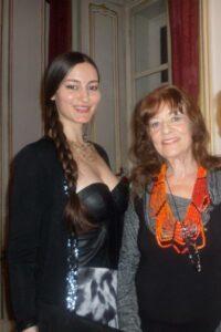 Dina Larot mit ihrem Kalendermodell des Monats März 2014.